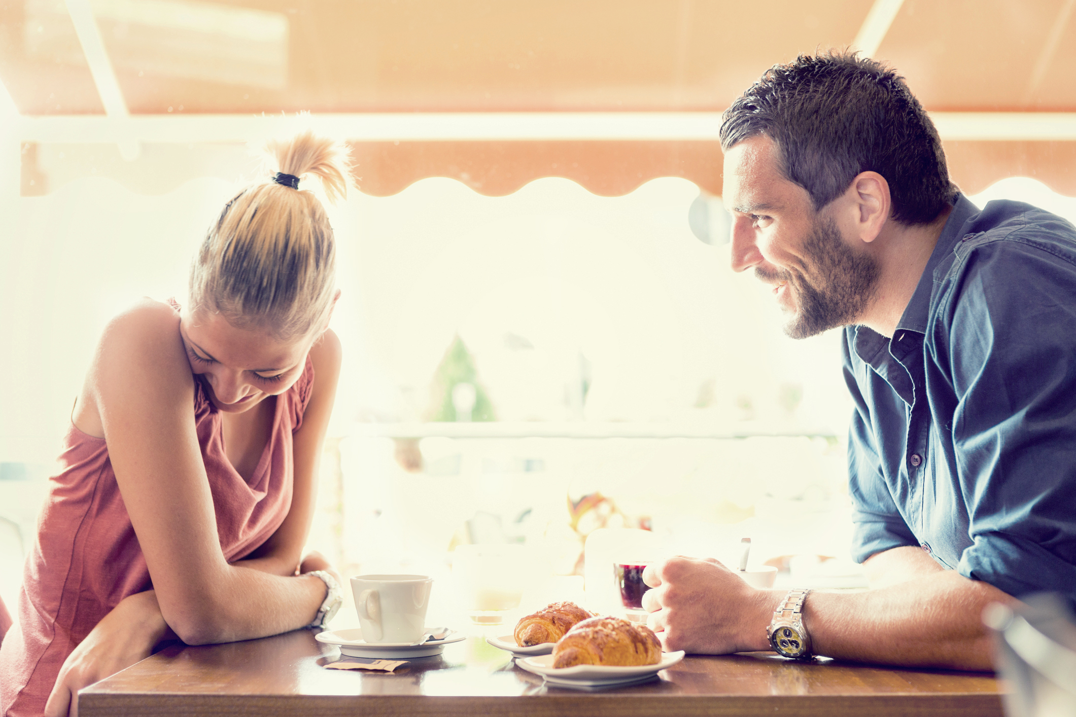 235405 2121x1414 couple talking - English Speaking Secrets: How To Have Great Conversations!